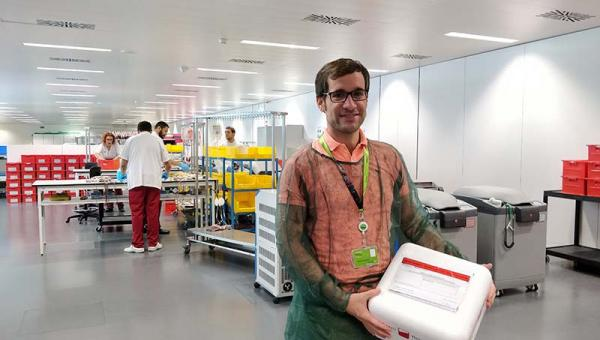 Marc Suárez-Calvet holding umbilical cord blood samples from the Blood and Tissue Bank